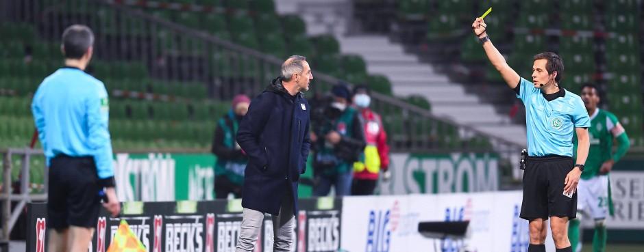 Eintracht-Trauner Hütter wird von Schiedsrichter Robert Hartmann mit der Gelben Karte bestraft.