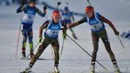 Im Wechsel zu Bronze:  Maren Hammerschmidt (r.) übergibt an Laura Dahlmeier