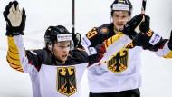 Will noch hoch hinaus: Moritz Seider (links) überzeugt bislang bei der Eishockey-WM.