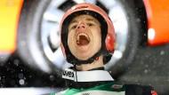 Der Jubel muss raus: Karl Geiger nach seinem Sieg im Auftaktspringen der Vierschanzentournee.