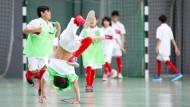 Fußball verbindet: Ein junger Flüchtling bejubelt bei einem Turnier in Stuttgart ein Tor.
