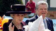 Ankunft am Schloss: Königin Beatrix und Bundespräsident Gauck
