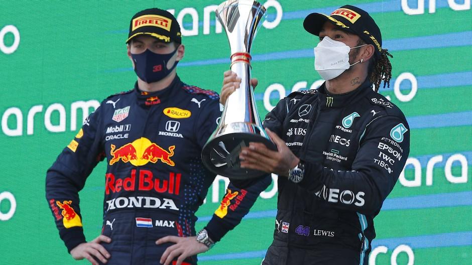 Der Sieger und der Überholte: Lewis Hamilton (rechts) gewinnt das Rennen in Barcelona, Max Verstappen muss sich geschlagen geben.