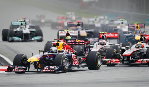 Durchgesetzt: Vettel führt das Feld in die erste Kurve