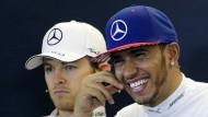 Muss der Typ da neben mir auch noch so grinsen?: Rosbergs Miene zu Hamiltons Triumph spricht eine deutliche Sprache