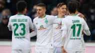 Bremens Milot Rashica (Zweiter von links) jubelt mit seinen Mitspielern nach seinem Tor zum 1:0.