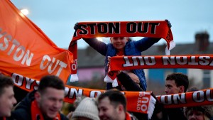 Wütender Fan klettert aus Protest auf Arsenal-Bus