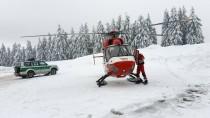 Ein Rettungshubschrauber macht sich am Feldberg auf die Suche nach den beiden Vermissten