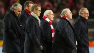 Rummenigge, Hoeneß und Co. schreiten nach dem Spiel über den Dortmunder Rasen.