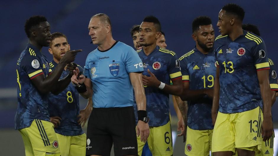 Kolumbianischer Diskussionsbedarf mit Nestor Pitana: der argentinische Schiedsrichter war am Ausgleichstreffer für Brasilien mit Körperkontakt beteiligt