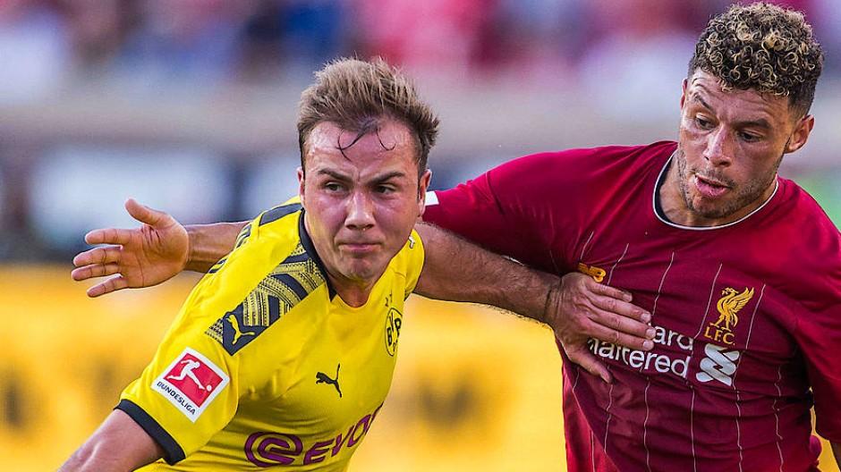 Anstrengende Spiele in Amerika: Dortmunds Mario Götze, hier im Duell mit Liverpools lex Oxlade-Chamberlain