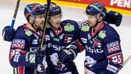 Unterkühlte Berliner Eisbären: John Ramage (r.) nach seinem Treffer mit Teamkollegen Marcel Noebels (l) und Lukas Reichel.