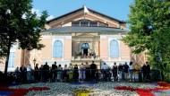 Warten auf die Fortsetzung: In Bayreuth stehen sich die Besucher die Beine in den Bauch