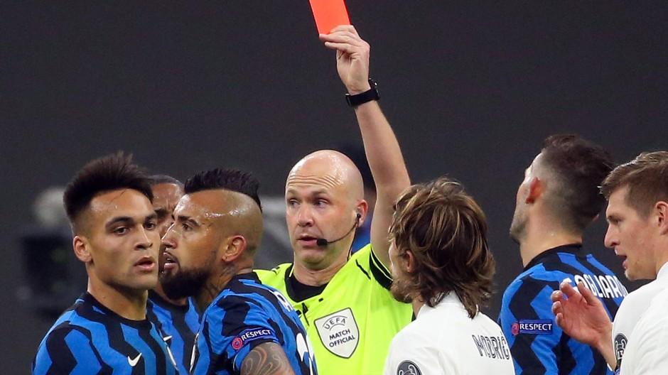 Eine Schlüsselszene der Partie: Inter-Profi Arturo Vidal sieht Gelb-Rot.