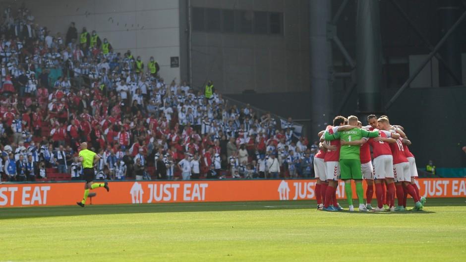 Die dänischen Spieler vor dem Spiel gegen Finnland