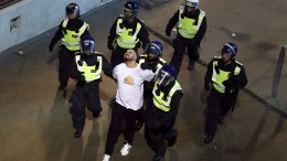 19 verletzte Polizisten und 49 Festnahmen