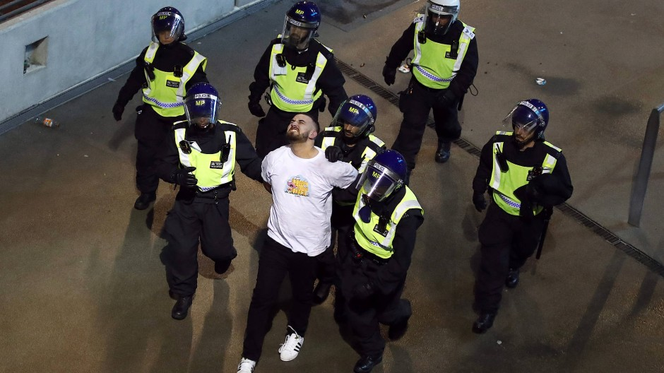 Auch diesen Mann nahm die Polizei in der Nähe des Wembley-Stadions fest.