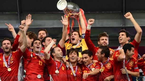 Spanien gewann 2008 in Österreich/Schweiz und 2012 in Polen/Ukraine den Pokal - nun steigt die Zahl