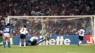 Weltmeisterlich: Pierre Littbarski (Rückennummer 7) beim Brehme-Elfmetertreffer 1990.