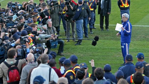 Raymnond Domenechs berühmteste Rede: Bei der WM 2010 liest er den Protestbrief der Mannschaft vor
