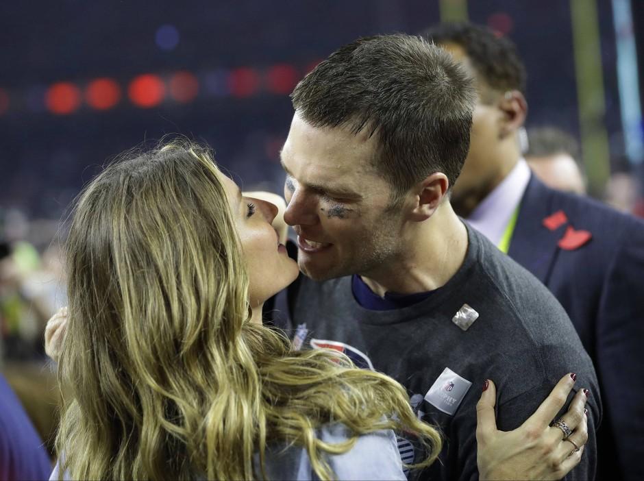 Ein Küsschen für den Champion: Brady mit seiner Ehefrau Gisele Bündchen