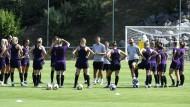Achtung Spione? Englische Spielerinnen bei der Teambesprechung mit Trainer Neville (Mitte)
