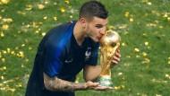 Auf dem Thron der Fußball-Welt: 2018 gewinnt Lucas Hernández mit Frankreich die Weltmeisterschaft.