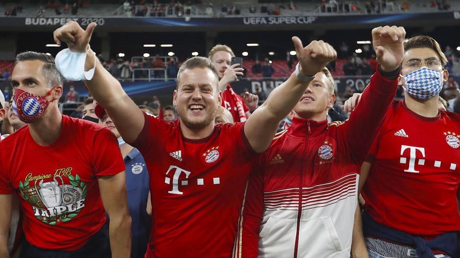 Gute Laune im Risikogebiet: Münchner Fans im Stadion von Budapest beim Supercup.