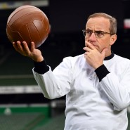 """Wigald Boning und der Ball – zu sehen in """"Deutschland - Deine Fußballseele"""" im Jahr 2018."""