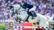 Auch zwei seiner Pferde sind betroffen: der deutsche Reiter Sven Schlüsselburg, hier 2019