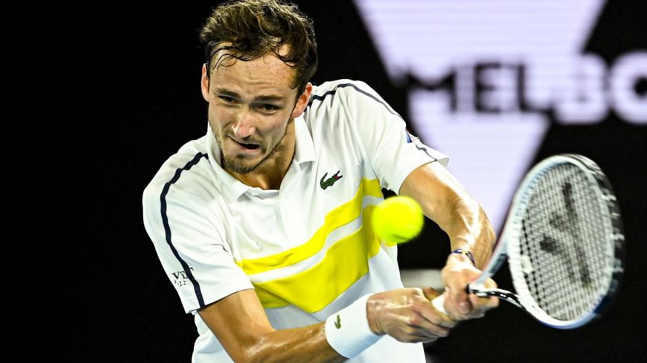 Dominant: Daniil Medwedew lässt Stefanos Tsitsipas in Melbourne keine Chance.