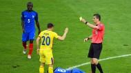 Viktor Kassai (rechts) sah zwei Szenen im Eröffnungsspiel nicht korrekt – ansonsten pfeifen die Schiedsrichter aber unauffällig.