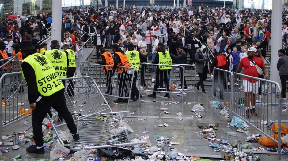 Vor dem EM-Finale in London kam es am Wembleystadion zu chaotischen Szenen.