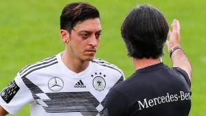 Löw darf in London nicht mit Özil reden