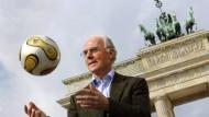Franz Beckenbauer vor dem Brandenburger Tor bei der WM 2006