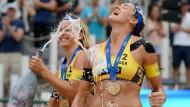 Champagner für die Golden Girls: Laura Ludwig (l.) und Kira Walkenhorst lassen es krachen.