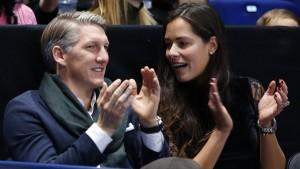 Bezahlen lassen und Ana zum Tennis begleiten