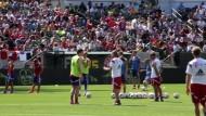 FC Bayern lockt schon zum Training Tausende Fans