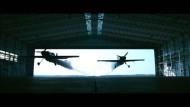 Piloten fliegen mit 300 km/h durch ein Gebäude