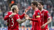 Noch in allen Wettbewerben im Rennen: der FC Bayern München mit Thomas Müller (Zweiter von rechts).