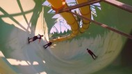 Skater rasen durch Wasserrutschen