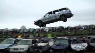 Mit der Schrottkarre über acht Autos fliegen