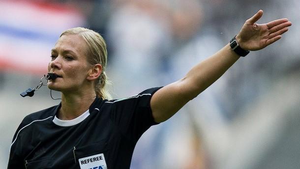 Steinhaus wird erste Schiedsrichterin in Bundesliga