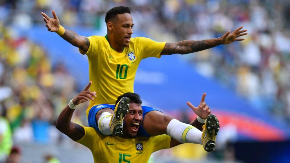 Auf Schultern getragen: Neymar wird von Paulinho erhöht
