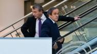 Harte Probe: Fahren die beiden Fußballfreunde Wolfgang Niersbach (l.) und Michel Platini wirklich noch gemeinsam nach oben?