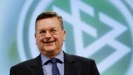 """""""Wir könnten eine Euro zu vergleichsweise günstigen finanziellen Rahmenbedingungen austragen"""": DFB-Präsident Reinhard Grindel."""