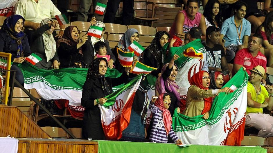 Erlaubt auf Kuba, verboten in Teheran: Iranerinnen unterstützen ihre Nationalmannschaft (Aufnahme von der World League 2013)