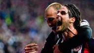 Zwei Stürmer, drei Treffer: Bas Dost hat den zweifachen Torschützen Goncalo Paciencia im Griff.