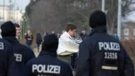 Begleitschutz: Thomas Müller (r.) und Toni Kroos stehen beim Betreten des Trainingsplatzes unter Beobachtung.