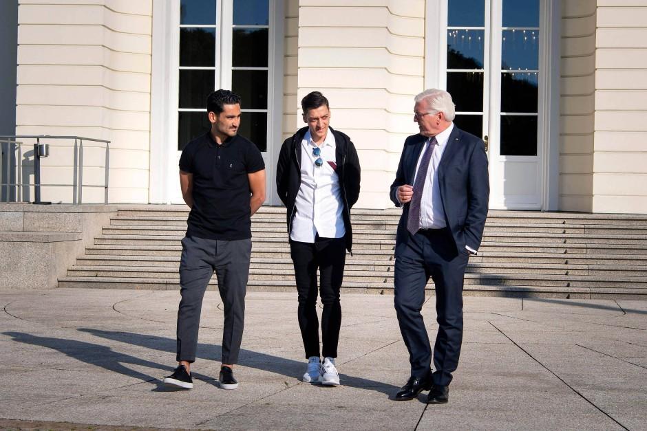 Unmittelbar nach der Veröffentlichung des Erdogan-Fotos trafen sich Gündogan (links), Özil (Mitte) und Bundespräsident Steinmeier zu einem Gespräch.